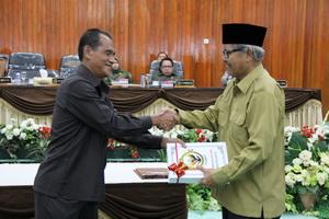 Kepala Perwakilan menyerahkan LHP atas LKPD Provinsi Sulawesi Tengah TA 2011 kepada Ketua DPRD Sulawesi Tengah.