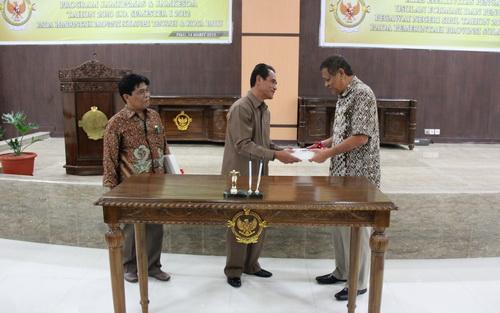 Kalan menyerahkan LHP BPK RI Semester II kepada Wakil Gubernur Sulteng