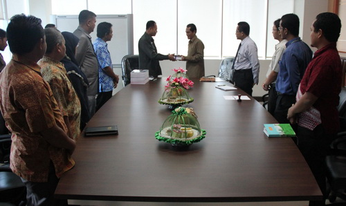 Wakil Bupati Poso menyerahkan LKPD Kabupaten Poso TA 2012 kepada Kalan BPK RI Provinsi Sulawesi Tengah di Ruang Rapat Kalan, Kamis (28/3/2013)