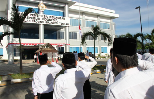 Penghormatan peserta upacara kepada bendera Merah Putih