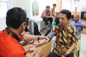Salah satu rangkaian acara peringatan HUT BPK RI Ke-69 di Sulawesi Tengah adalah pelaksanaan cek kesehatan pada tanggal 20 Januari 2016. Cek kesehatan ini meliputi pemeriksaan kadar glukosa darah, kolesterol, dan asam urat. Sejak pukul 9 pagi, para pegawai telah memenuhi ruang poliklinik untuk mengantri cek kesehatan. Diikuti oleh seluruh pegawai, acara yang dikoordinir oleh Subbagian SDM ini selesai menjelang istirahat siang. (faa)