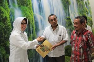 Pada tanggal 18 April 2016, Humas BPK Perwakilan Provinsi Sulawesi Tengah  menyelenggarakan media gathering di RM Borobudur. Acara tersebut dihadiri oleh Kepala Sekretariat Perwakilan, Kasubbag Humas dan TU beserta staf Humas dan perwakilan dari media massa se-Kota Palu.  Acara dibuka oleh Kepala Sekretariat Perwakilan, Ibu Dra. Zuhria Sirajang, M.M., yang dalam sambutannya menyampaikan bahwa tujuan diadakannya acara media gathering adalah untuk menjalin silaturahmi dan kerjasama antara BPK Perwakilan Provinsi Sulawesi Tengah dengan media se-Kota Palu.   Kemudian acara dilanjutkan dengan sesi foto sekaligus penyerahan secara simbolis buku profil BPK Perwakilan Provinsi Sulawesi Tengah kepada para perwakilan media massa. Pada sesi ramah tamah dan tanya jawab, terucap harapan dari Kepala Sekretariat Perwakilan agar acara seperti ini dapat berlangsung secara periodik dan tercipta komunikasi yang baik ke depannya.