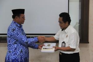 Wakil Bupati Kab. Poso, Ir. T. Samsuri, M.Si. menyerahkan LKPD TA 2015 kepada BPK Perwakilan Provinsi Sulawesi Tengah yang diwakili oleh Kepala Sub Auditorat Sulteng I, Abdul Choliq, S.E., M.H., Ak., CA.