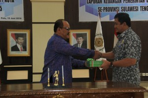 "Pada hari Jum'at, 24 Juni 2016, bertempat di Kantor BPK Perwakilan Provinsi Sulawesi Tengah, Kepala Perwakilan menyerahkan LHP atas LKPD Kab. Tojo Una-una TA 2015. Berdasarkan Hasil Pemeriksaan BPK diketahui bahwa penyusunan Laporan Keuangan Pemerintah Kabupaten Morowali telah sesuai dengan SAP berbasis akrual, telah diungkapkan secara memadai, dan tidak terdapat ketidakpatuhan yang berpengaruh langsung dan material, serta telah menyusun dan merancang unsur-unsur pengendalian intern yakni lingkungan pengendalian, penilaian resiko, kegiatan pengendalian, informasi dan komunikasi serta pemantauan. Dengan demikian BPK menyimpulkan bahwa opini atas Laporan Keuangan Pemerintah Kabupaten Morowali tahun 2015 adalah ""WAJAR TANPA PENGECUALIAN"". Laporan Hasil Pemeriksaan ini diharapkan dapat dimanfaatkan oleh para Pimpinan dan Anggota Dewan dalam rangka melaksanakan fungsinya yaitu fungsi anggaran, legislasi maupun pengawasan baik untuk pembahasan Rancangan Perda mengenai pertanggungjawaban pelaksanaan APBD TA 2015 maupun pembahasan dan penetapan perubahan APBD TA 2016."